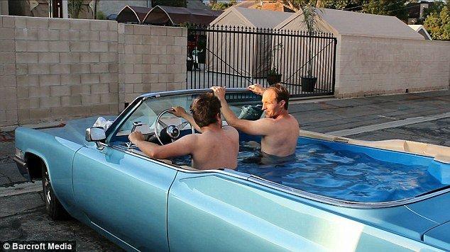 内装をプール化させた自動車、V8エンジンで湯沸かしも可能