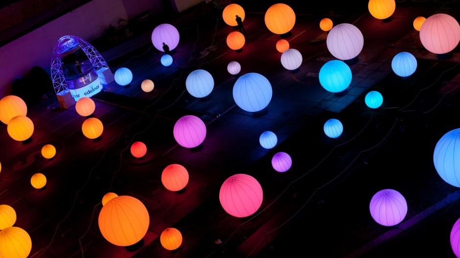 体の動きで幻想的な光と音を奏でる『DJ Light』