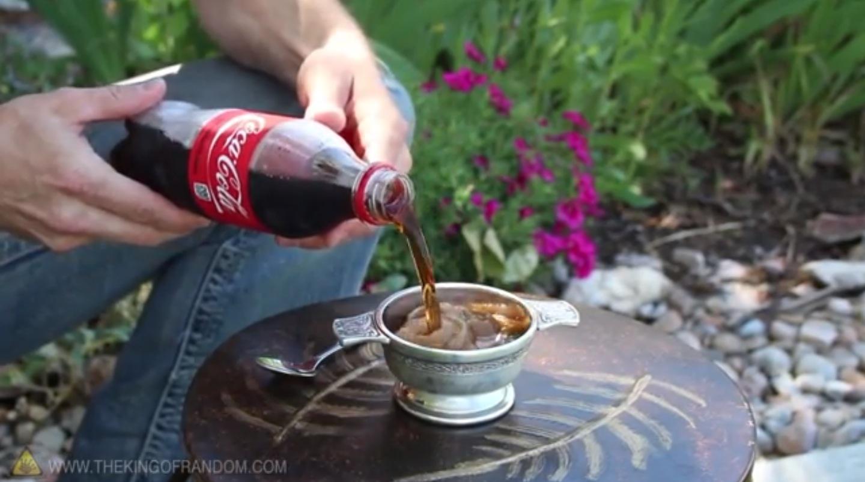 まるで魔法!!一瞬でコーラをフローズン状態にする方法【神動画】