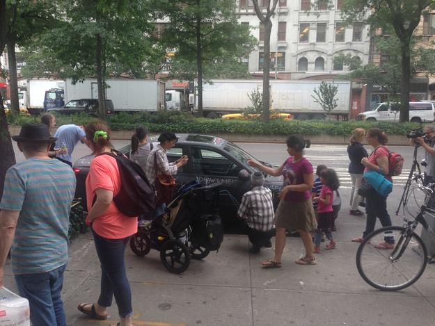 外装を「黒板化」しチョークでラクガキされまくった車でニューヨークの街を走り回る強者現る