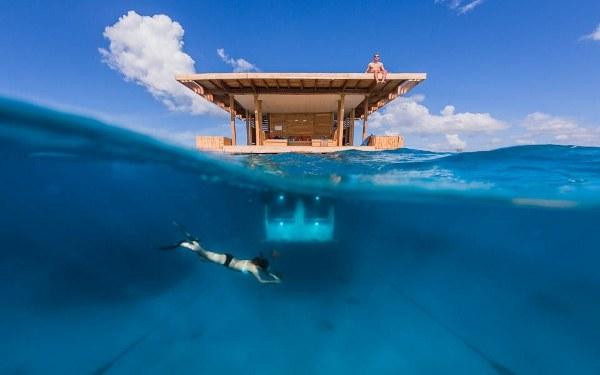 部屋の半分が海の中に沈んだホテル『The Manta Underwater Room』